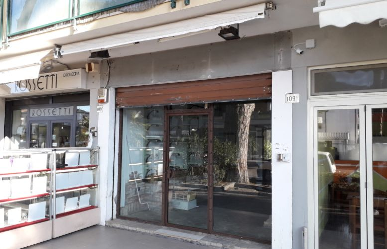 Affittasi negozio in Viale Carducci
